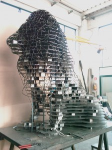 Scultura leone realizzata con 4.000 piastrine inox  - peso 3 quintali - altezza 3 mt