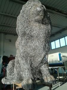 Scultura leone realizzata con 7,5 km di fili di acciaio